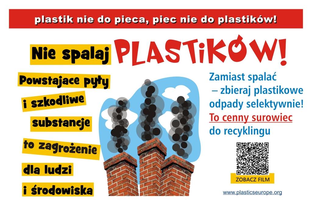 plakat kampanii edukacyjnej Nie spalaj plastiku to cenny surowiec do recyklingu. Na plakacie dymiące kominy i kod QR do strony www.plasticseurope.org