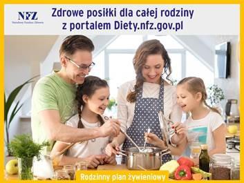 Na grafice rodzina wspólnie przygotowująca posiłek stojąca wokół kuchenki.